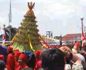 tradisi-unik-lebaran-grebeg1