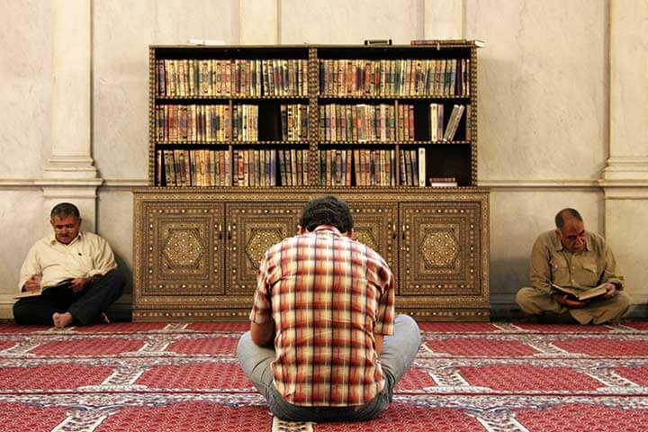 Men_reading_the_Koran_in_Umayyad_Mosque,_Damascus,_Syria